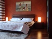 sypialnia z czerwoną ścianą